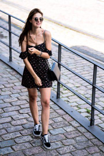 Sommerkleid kombiniert mit schwarzen Sneakers