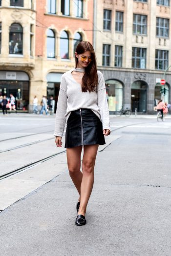 Whaelse_Fashionblog_Berlin_Leather_Skirt_VNeck_Choker_Sweater-2