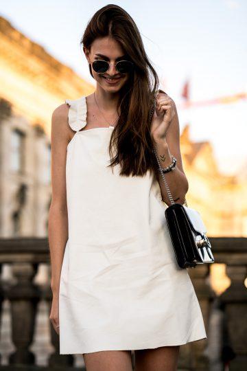 Ein schickes Outfit mit einem weißen Lederkleid