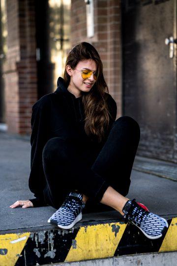 schwarz-weiße Sneakers