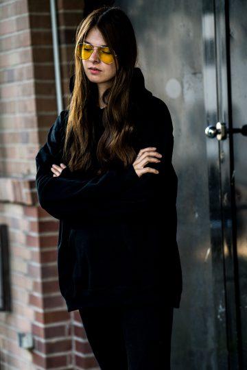 Wie trägt man einen schwarzen Hoodie