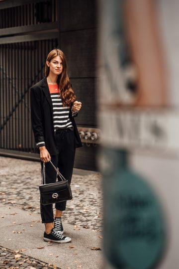 So trägt man Casual Schick: Gestreifter Pullover und schwarzer Blazer