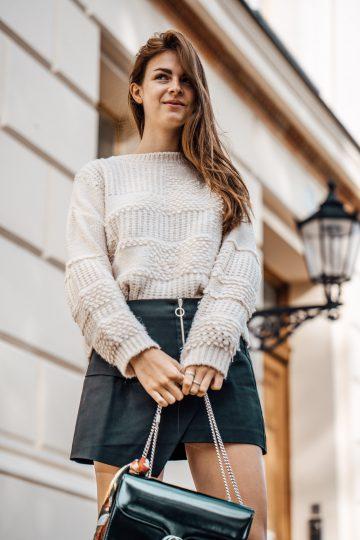 Wie trägt man einen weißen Pullover