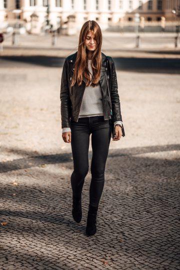 Herbstessentials: schwarze Boots und Lederjacke