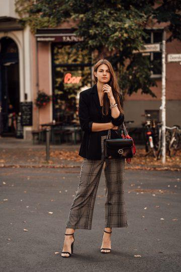 Zwei Trends in einem Kleidungsstück: Karohose mit Knopfleiste