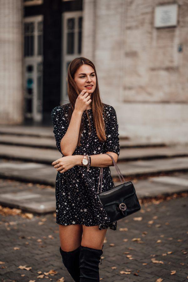 schwarzes Kleid mit Sternenprint
