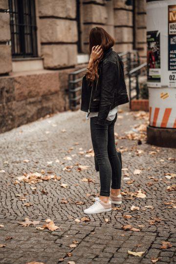 Wie trägt man eine dunkelgraue Jeans