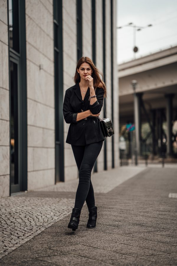 7da33729939 How to wear a belted blazer || all black autumn outfit ...