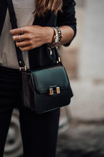 Wie trägt man eine cross-body Tasche