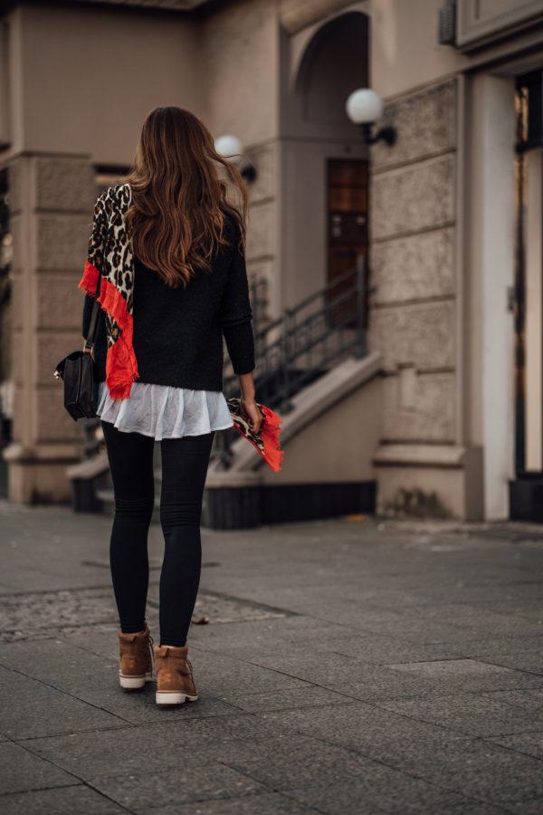 Wie trägt man einen schwarzen Pullover