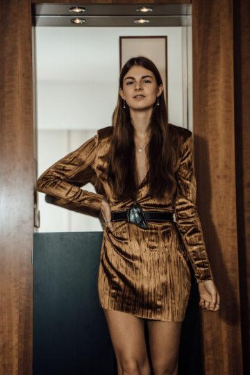 Silvester Outfit 2017: Samtkleid und Metallictop