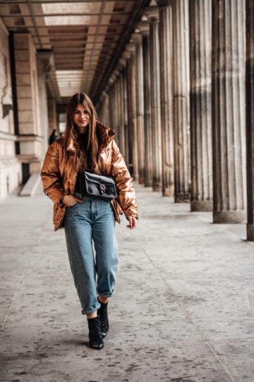 Metallic Pufferjacke kombiniert mit einer Baggy Jeans