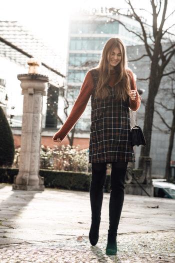 Wie trägt man ein Kleid über einen Pullover