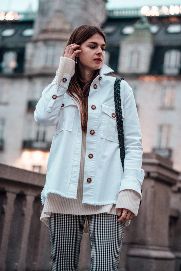 Wie trägt man eine weiße Jeansjacke
