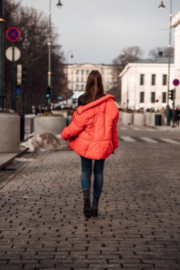 Wie trägt man eine rote Jacke