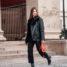 Oslo Runway Outfit: Rote Tasche kombiniert mit Schwarz