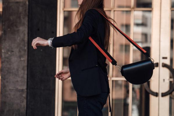schwarze Tasche mit sportlichem Trageband
