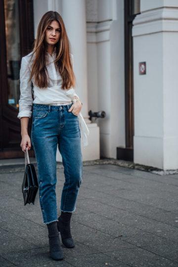Mom Jeans kombiniert mit weißer Bluse