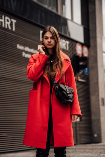 Wie trägt man einen roten Mantel