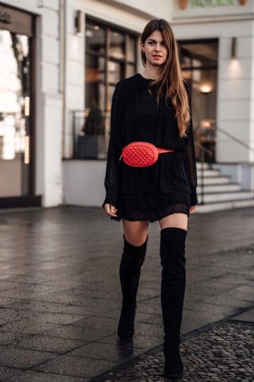 Idee für ein Frühlingsoutfit: Kleid, Overknees und Gürteltasche