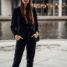 Casual schickes Outfit: schicker Zweiteiler kombiniert mit Sneakers
