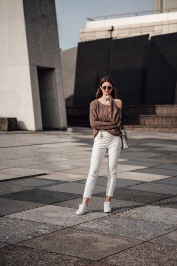 Frühlingsoutfit: weiße Hose und One Shoulder Pullover