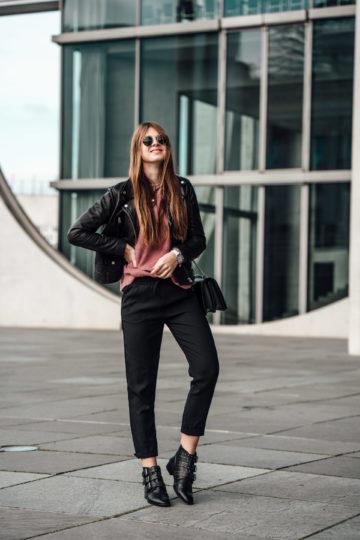 Frühlingsoutfit: Lederjacke, Stoffhose und schwarze Boots