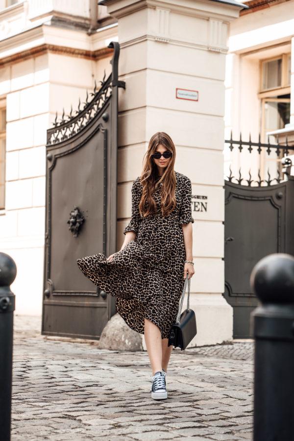 Ausgezeichnet Leo Print Kleid kombiniert mit schwarzen Sneakers || Modeblog Berlin OW04