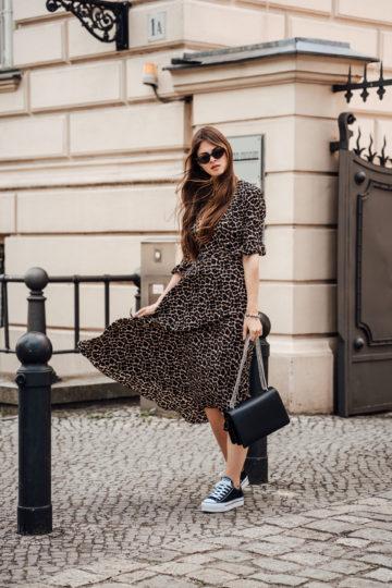 Leo Print Kleid kombiniert mit schwarzen Sneakers