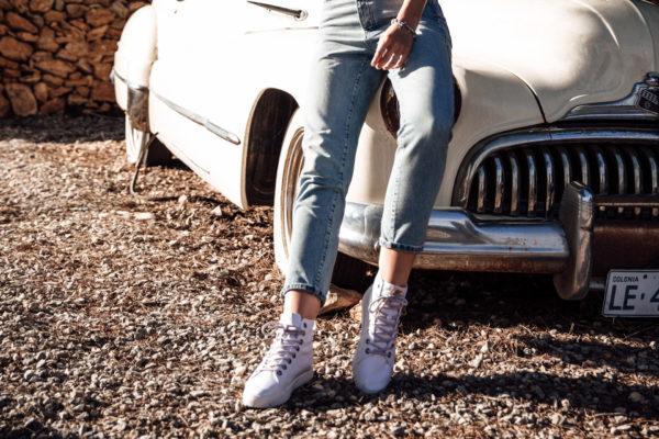 Wie kombiniert man weiße Sneakers