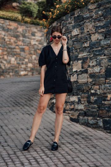 Reiseoutfit: schwarzes Kleid und Mule Sandalen