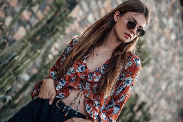 Wie trägt man ein Shirt mit Blumenprint