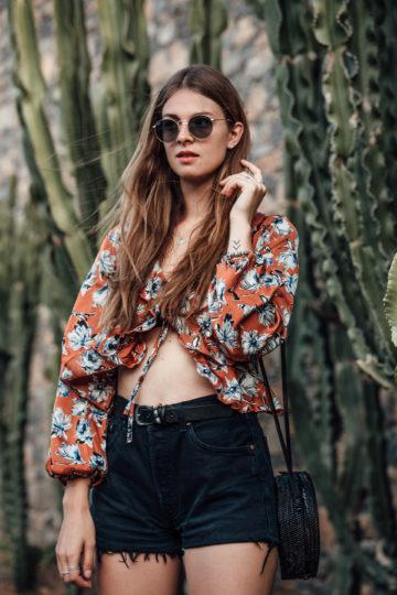 Reiseoutfit: Jeansshorts und Shirt mit Blumenprint