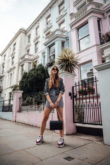 Sommerkleid mit Sneakers kombiniert