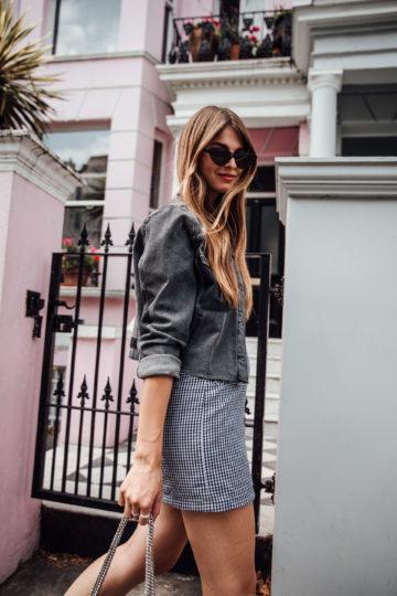 Jeansjacke und Sommerkleid kombiniert