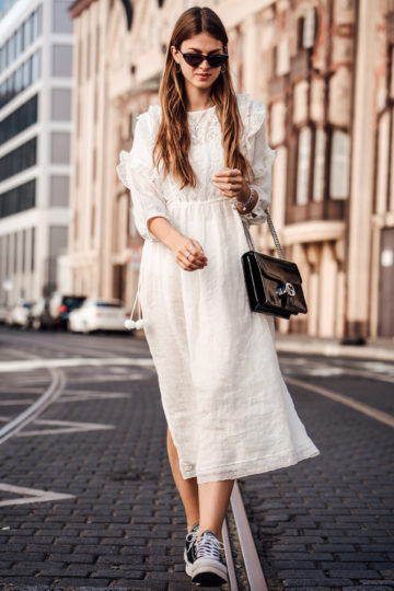 Fashion Week Outfit: weißes Boho Kleid und Plattform Sneakers