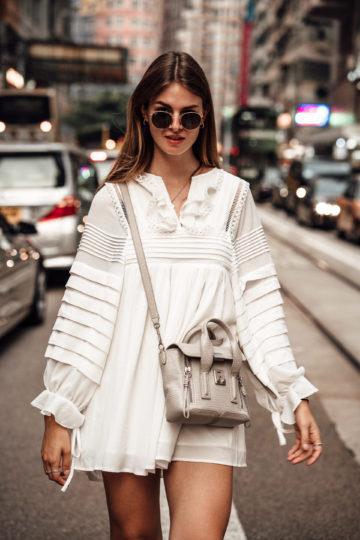 Weißes Kleid mit Raffungen