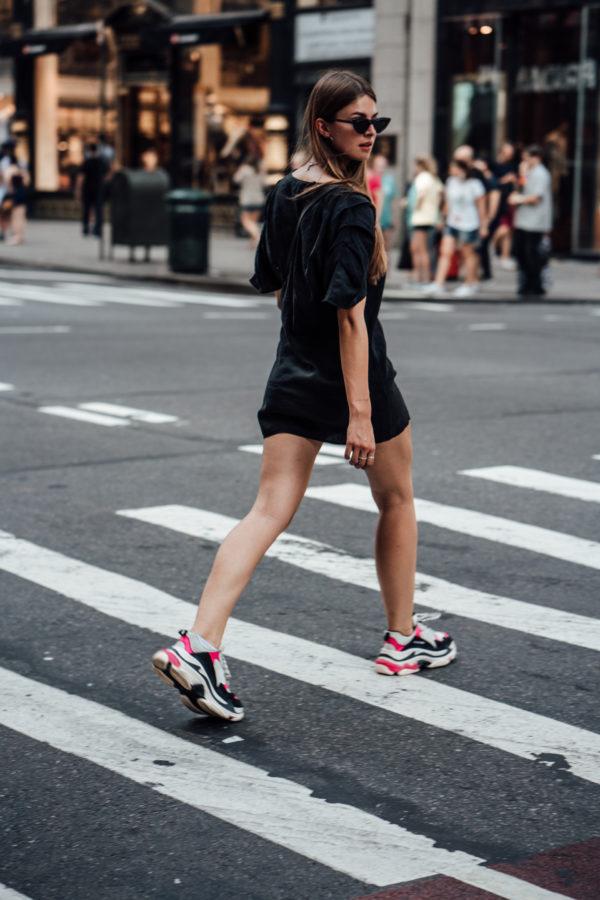 Kleid und Sneakers Kombination