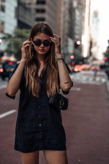 Reiseoutfit New York: Schwarzes Kleid und Ugly Sneakers