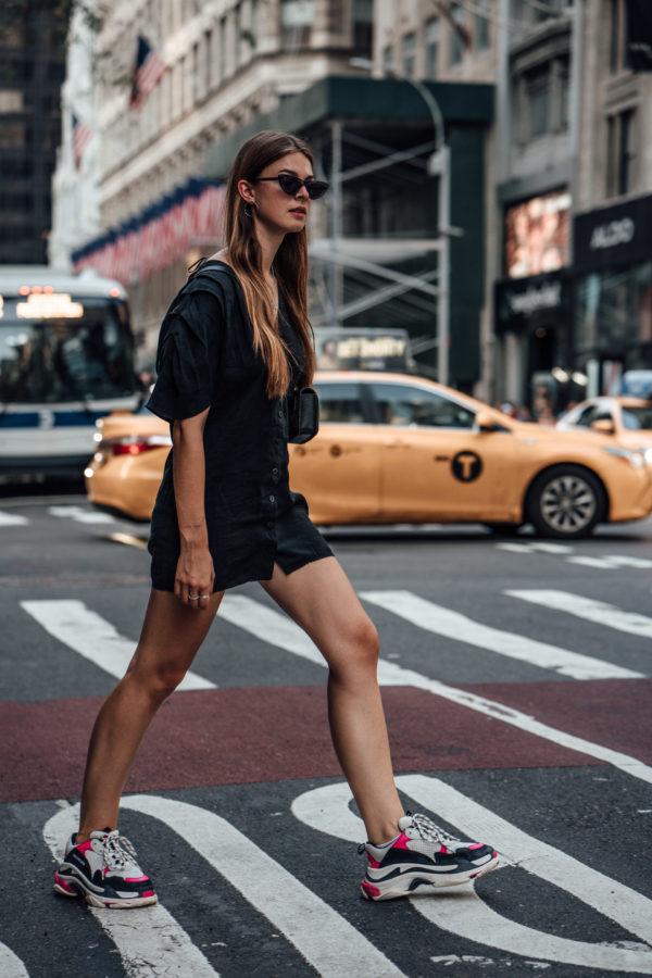 Kleid und ugly sneakers kombiniert