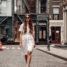 New York Streetstyle: Weißes Kleid mit Knopfleiste
