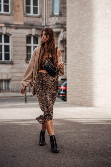 Casual Chic Autumn Outfit: Leo Print Skirt and Cardigan