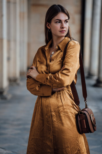 how to style a brown bag