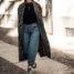 Herbstoutfit: weiße Boots, Baggy Jeans und karierter Mantel