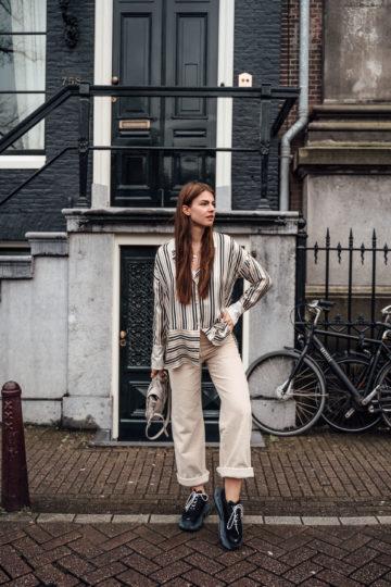 Amsterdam Reiseoutfit: Cordhose und gestreifte Bluse