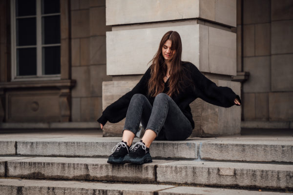 how to wear black Sneakers