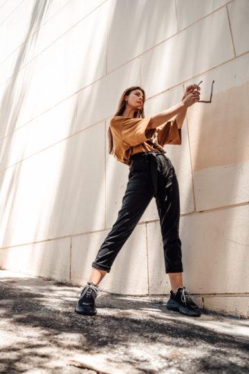 Wie kombiniert man eine schwarze Hose