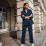 Frühlingsoutfit für das Büro: gestreifter Anzug und weiße Boots