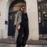 Legeres Frühlingsoutfit: Langer grauer Mantel kombiniert mit Schwarz