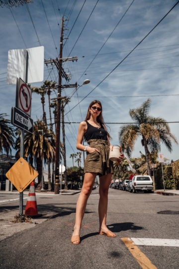 Los Angeles Outfit: High-Waisted Shorts und schwarzes Top